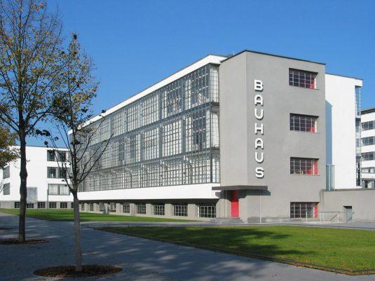 Hauptgebäude Bauhaus Dessau.jpg